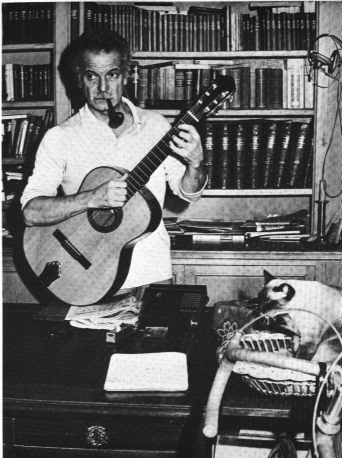Georges Brassens: la pipe, la guitare, les livres, le chat